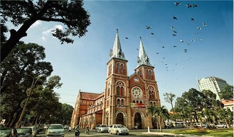 Nhà thờ Đức Bà với linh mục tu sĩ