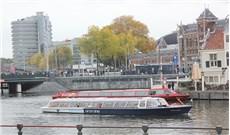 Du thuyền trên kênh Amsterdam