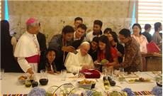 Một bạn gái Việt Nam được dùng cơm trưa với Đức Giáo hoàng Phanxicô