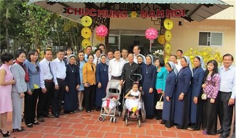 Chủ tịch nước Trương Tấn Sang mừng xuân các bé khuyết tật Thiên Phước