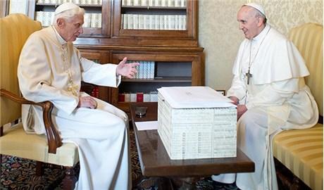 Đức Phanxicô tiễn Đức nguyên Giáo hoàng Bênêđictô XVI đi nghỉ hè