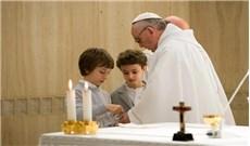 Chủ tế rửa tay trong phần chuẩn bị lễ vật