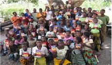 Đức Thánh Cha được tặng Kinh Thánh cho trẻ em