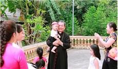 Đức cha Giuse Châu Ngọc Tri tới thăm giáo xứ Tà Lùng