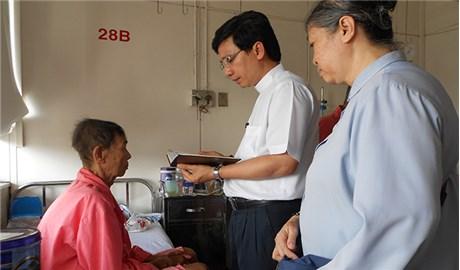 Bóng dáng  người tu sĩ nhà Chúa  nơi bệnh viện
