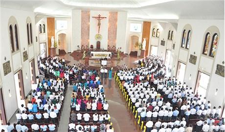 Có nên phân chia chỗ ngồi trong nhà thờ không ?