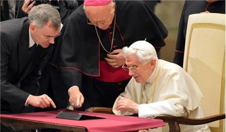 Khi các vị giáo hoàng kết nối mạng xã hội