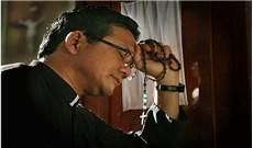 """Vị linh mục có  """"dấu chân đôi"""" (*)"""