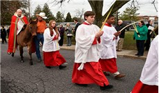 Tất bật chuẩn bị lá cho Lễ Lá tại Bắc Mỹ