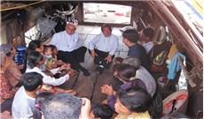 Đức TGM Leopoldo Girelli thăm người nghèo tại làng chài Thủy Cơ
