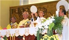 Hình ảnh Đức tân Giám mục  Đaminh Nguyễn Văn Mạnh dâng thánh lễ tạ ơn tại giáo xứ Thánh Linh