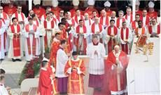 Đức Thánh cha làm phép dây Pallium