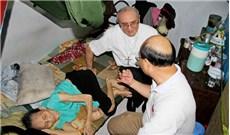 Đức Tổng Giám mục Leopoldo Girelli  thăm gia đình có hoàn cảnh khó khăn