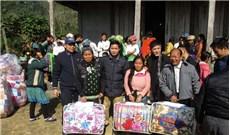 Caritas GP Hưng Hóa tặng quà cho bà con dân tộc thiểu số
