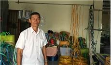 Người truyền nghề đan giỏ  ở xóm đạo Cù Lao Giêng