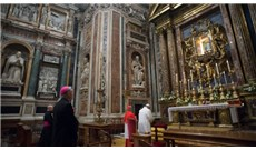 Đức Thánh Cha cầu nguyện trước chuyến tông du