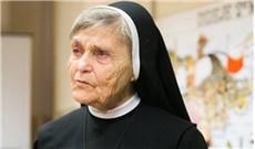 Nữ tu tự khuân vác thép xây nhà cho trẻ mồ côi  ở Đất Thánh