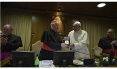 Đức Giáo Hoàng trao kỷ niệm chương trước lúc bế mạc Thượng Hội đồng Giám mục