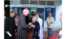 Đức cha Giuse Đinh Đức Đạo thăm các gia đình khó khăn