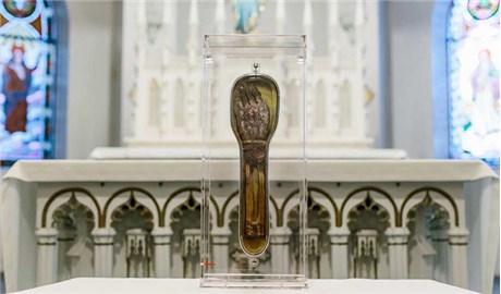 Bàn tay thánh từng rửa tội hơn 1OO.OOO người
