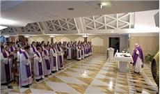 Ðức Giáo Hoàng và ÐHY Quốc Vụ Khanh dâng lễ cầu nguyện cho Ðức cha Phaolô