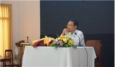 Ðức Cha Giuse Ðỗ Mạnh Hùng trò chuyện với người trẻ