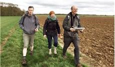 Tân giám mục đi bộ 100 cây số nhận giáo phận