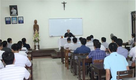 Đức Giám mục  giáo phận Hưng Hóa thăm Ðại Chủng viện Huế
