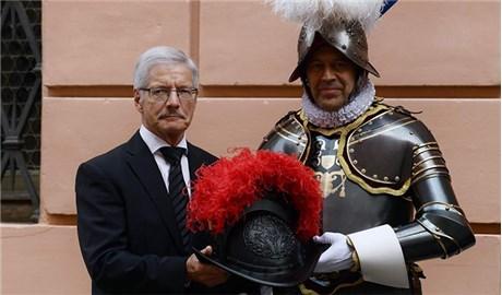 Lính gác Thụy Sĩ có nón mới