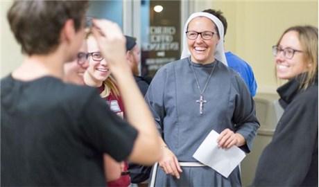 Cựu vận động viên bóng bầu dục trở thành nữ tu