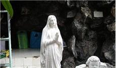 Trước tượng đài Ðức Mẹ nơi bệnh viện