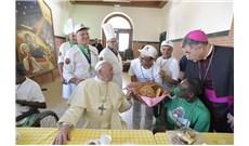Đức Giáo Hoàng dùng bữa với người nghèo và tù nhân