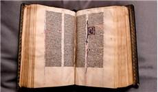 Quyển Kinh Thánh 700 tuổi quay về Anh sau 5 thế kỷ