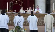 Dâng lễ cạnh Ðức Giáo Hoàng