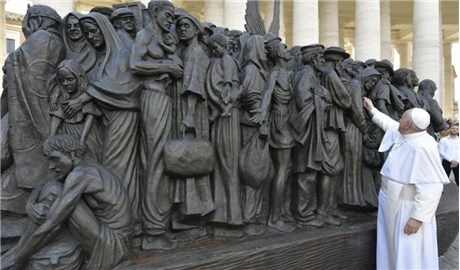 Ðức Phanxicô khánh thành bức điêu khắc về di dân