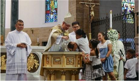 Ðức Hồng y Tagle rửa tội cho 470 trẻ đường phố