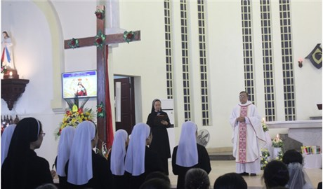 Dòng Mến Thánh Giá Hưng Hóa đón Thánh Giá Ðại hội Giới trẻ Giáo tỉnh Miền Bắc