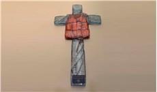 Ðức Phanxicô trưng bày chiếc áo phao bị đóng đinh