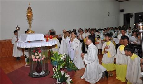 Tháng Thánh Tâm nhớ Chầu Thánh Thể