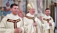 Hai anh em song sinh thụ phong linh mục cùng ngày