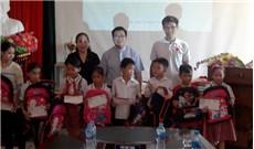 Trao học bổng cho học sinh nghèo ở huyện đảo Cát Hải