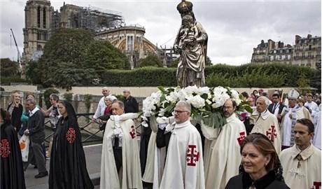 """Giáo dân Paris """"tìm nguồn ủi an trong tim Ðức Maria"""""""