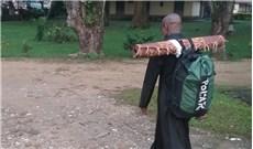 Linh mục đi bộ hành hương cầu nguyện cho hòa bình