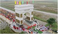Cổng làng mới ở xóm đạo Du Hiếu