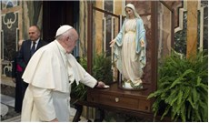 Ðức Giáo Hoàng làm phép  tượng Ðức Mẹ Ban Ơn
