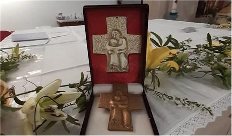 Ðức Thánh Cha tặng  thánh giá cho bảo tàng