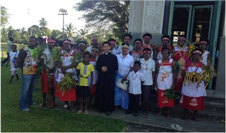 Người tu sĩ trẻ trên đảo quốc thổ dân