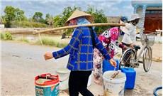 Chở nước ngọt về làng xa