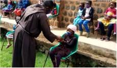 Tu sĩ Capuchin tặng khẩu trang phòng dịch