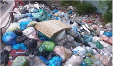 Cầu bị biến thành nơi vứt, đổ rác